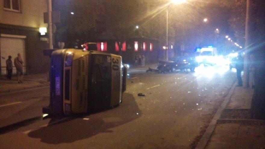 Mikroautobusas po avarijos