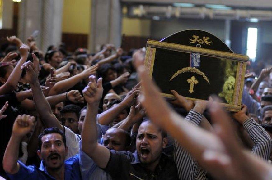 Koptų protestuotojai neša karstus