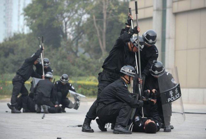Kinijoje pareigūnai apmokomi, kaip malšinti riaušes