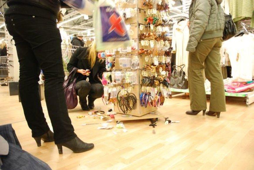 """""""Maxima"""" prekybos salė buvo sausakimša, prie kasų nusidriekė eilės, pirkėjai vos pavežė savuosius pirkinius."""