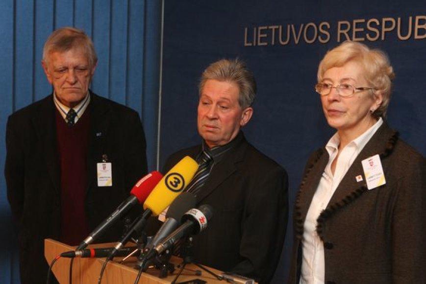 Profesinių sąjungų atstovai Algirdas Kvedaravičius, Vydas Puskepalis ir Aldona Jašinskienė