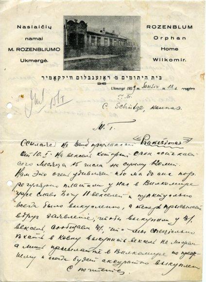 Nuotrauka iš Ukmergės krašto muziejaus. Dokumentas R-7309/Raštas, M.Rozenbliumo našlaičių namų atsakingo asmens dėl vekselių apmokėjimo C.Schülȝe, gyvenančiam Kaune. Ukmergė, 1929 m. sausio mėn. 13 d. Raštaslietuvių, anglų ir hebrajų kalbomis. Parašas neįskaitomas.