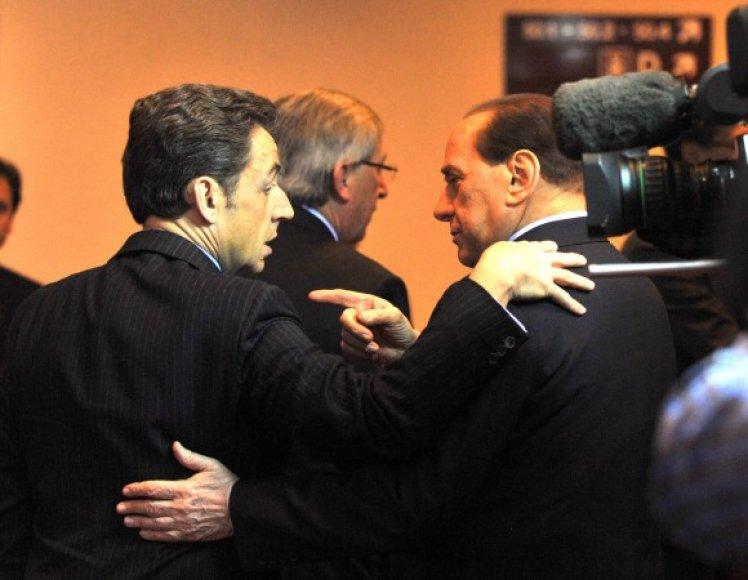 Prancūzijos prezidentas Nicolas Sarkozy (kairėje) su italų premjeru Silvio Berlusconi prieš susitikimą.
