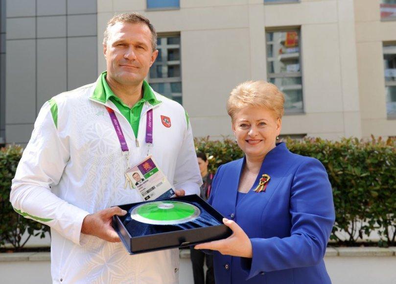 Dalia Grtybauskaitė perdavė Virgilijui Aleknai simbolinį diską