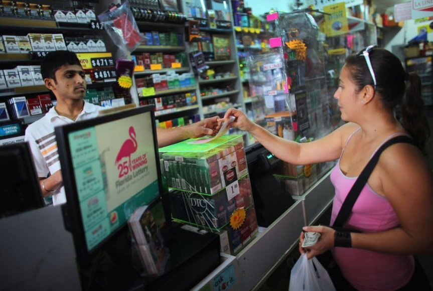 Moteris perka loterijos bilietą