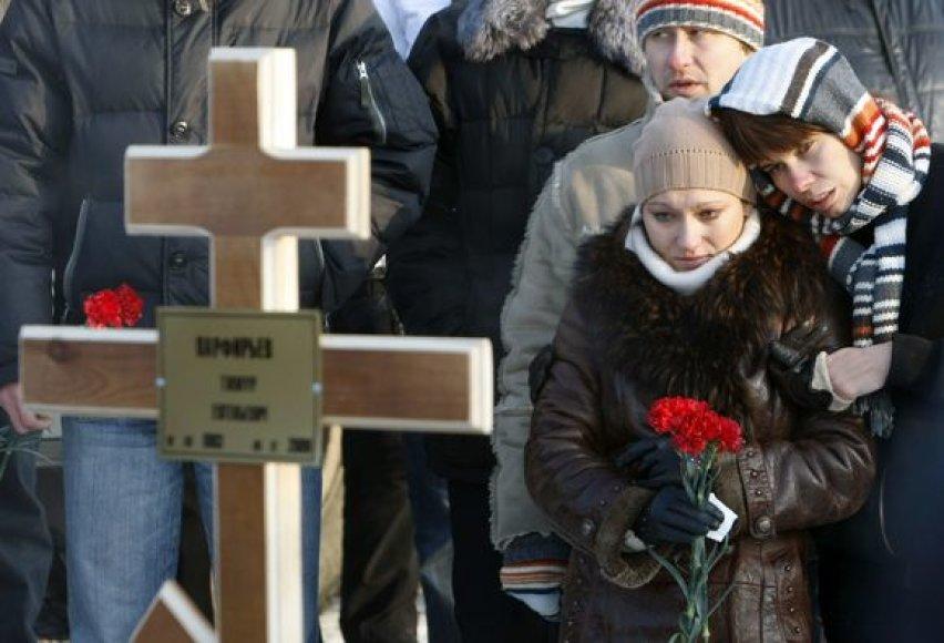 Permėje žmonės renkasi prie klubo, kuriame per gaisrą žuvo žmonės, šiame mieste vyksta ir žuvusiųjų laidotuvės.