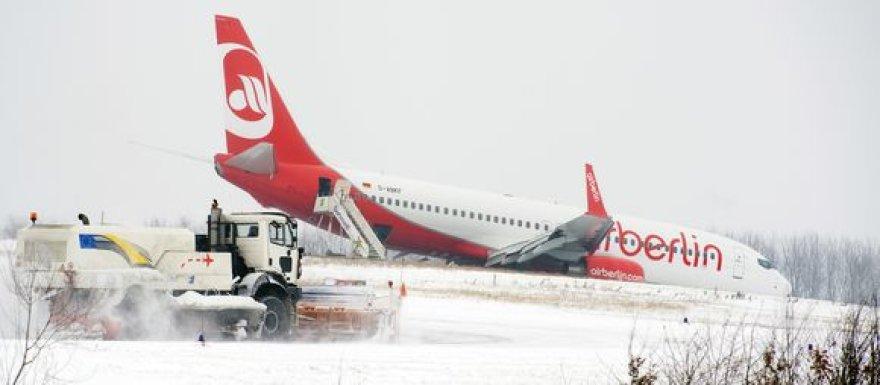 """Pigių skrydžių bendrovės """"Air Berlin"""" lėktuvas Dortmundo oro uoste nuvažiavo nuo pakilimo tako."""