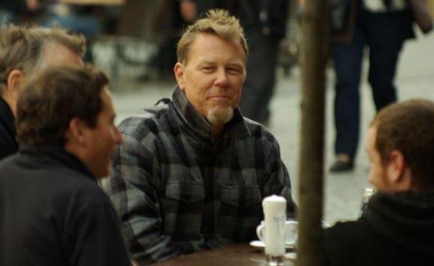 J.Hetfieldas gurkšnojo arbatą lauko kavinėje