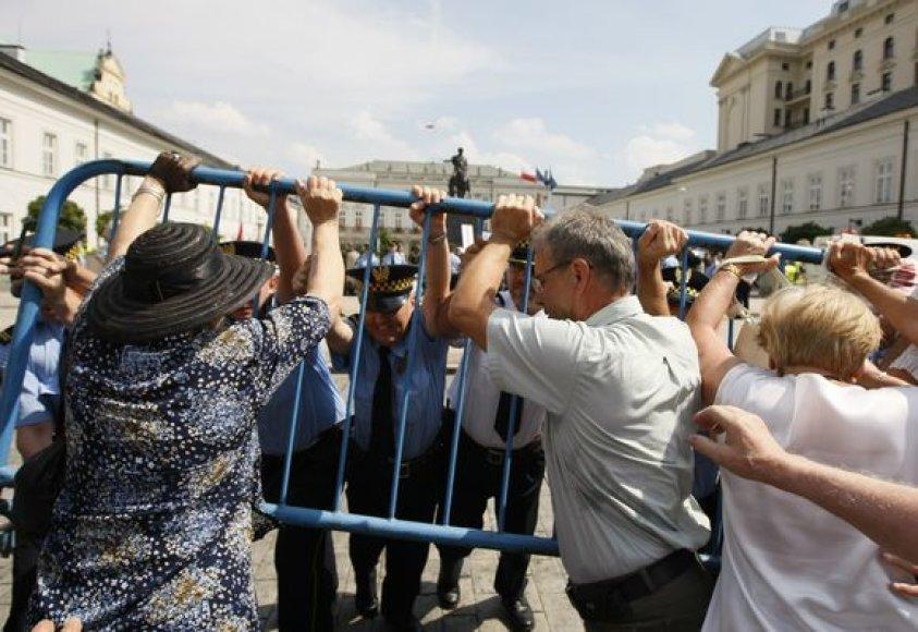 Protestuotojams pavyko sustabdyti kryžiaus perkėlimą į kitą vietą.