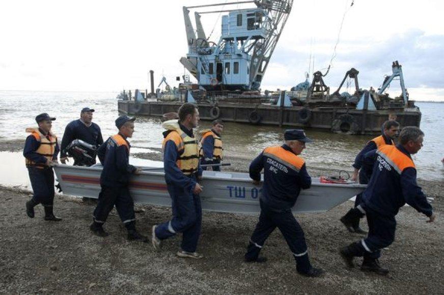 Gelbėjami žmonės iš nuskendusio laivo