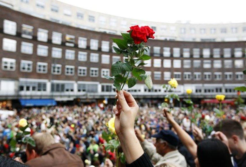 """Žmonės Osle dalyvauja """"gėlių žygyje"""""""