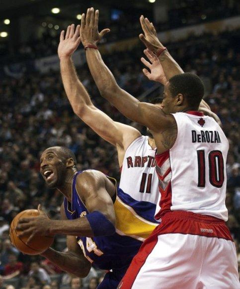 Linas Kleiza ir Demaras DeRozanas bando sustabdyti Kobe Bryantą.
