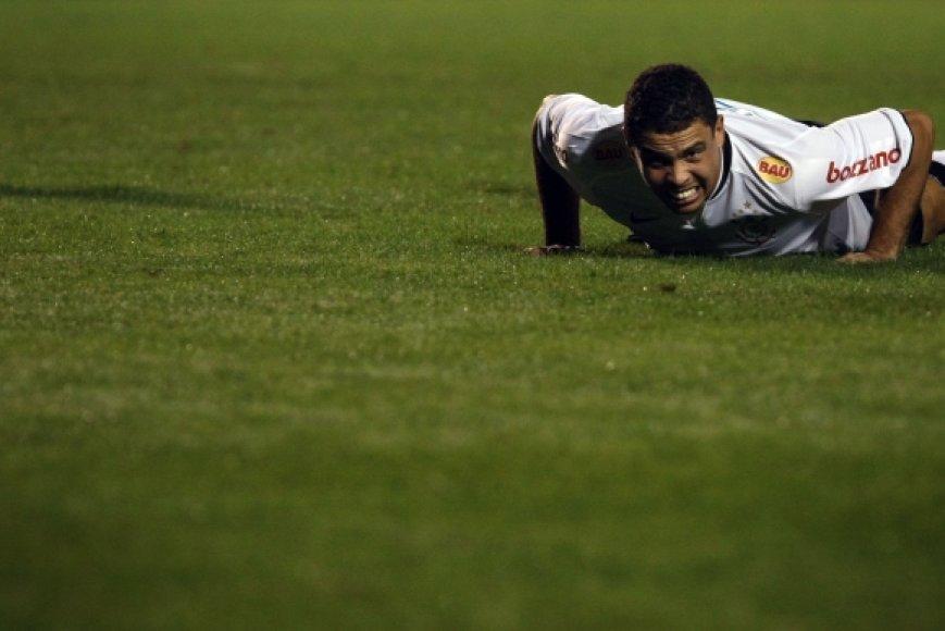 """32 metų Ronaldo šiuo metu rungtyniauja gimitinėje - San Paulo """"Corinthians"""" klube."""