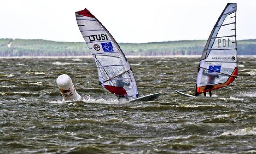 Lietuvos čempionas A.Menkevicius (kairėje) - pirmasis prie ženklo