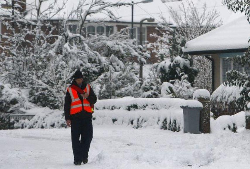 Kai kuriose Didžiosios Britanijos vietose sninga jau daugiau nei pusės paros
