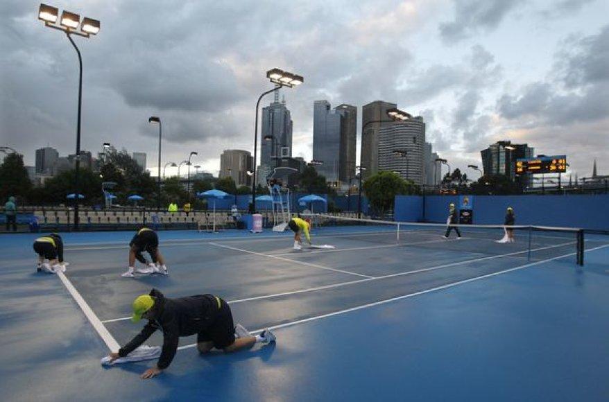 Dėl lietaus pirmąją atvirojo Australijos teniso čempionato dieną pavyko užbaigti tik 26 iš planuotų 64 susitikimų