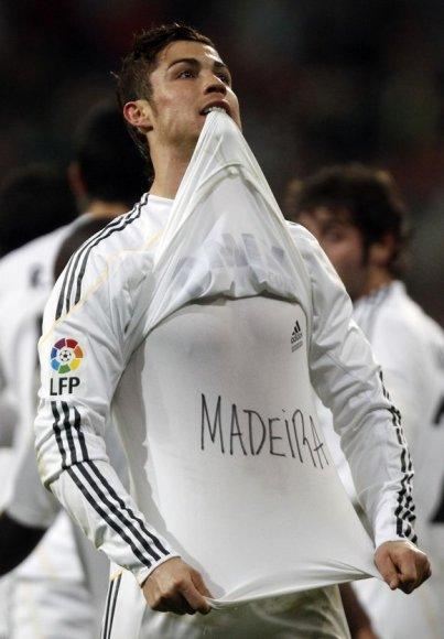 C.Ronaldo savo įvartį skyrė gimtajai Madeiros salai, kurioje per potvynius ir purvo nuošliaužas žuvo 42 žmonės