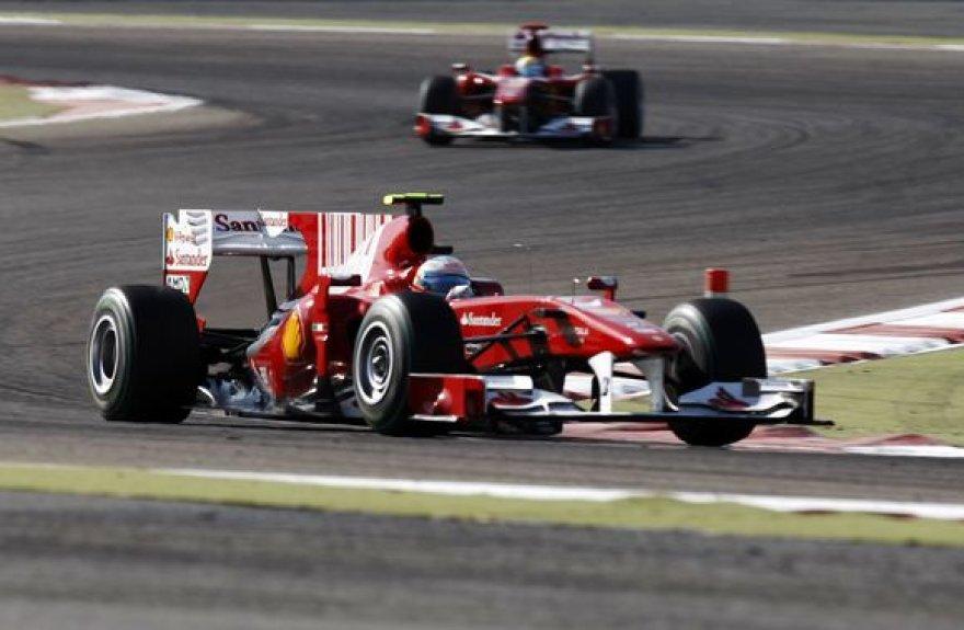 """Bahreine triumfavo raudonieji """"Ferrari"""" bolidai – pirmas buvo F.Alonso, o iš karto už jo nugaros F.Massa"""