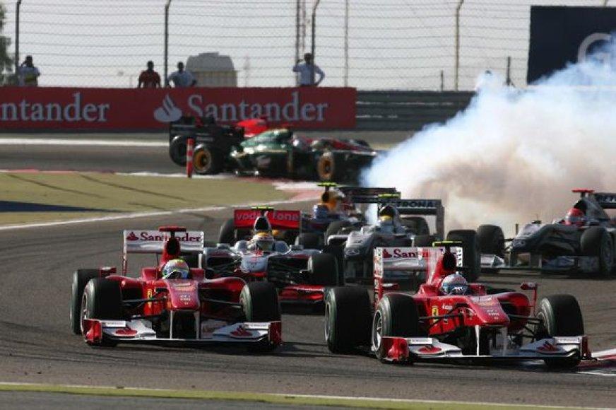"""""""Formulės-1"""" komandų vadovai pirmosiose 2010 metų sezono lenktynėse pasigedo lenkimų ir intrigos"""