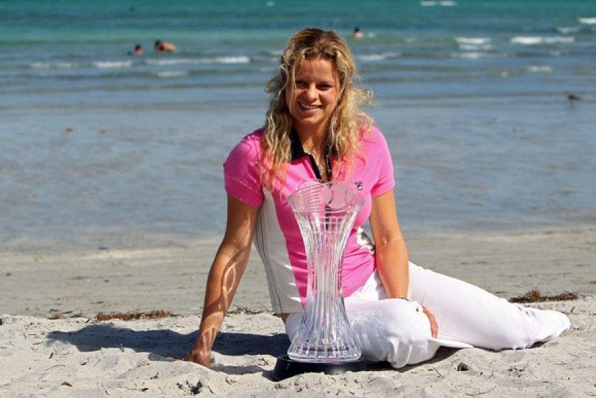 K.Clijsters su pagrindiniu turnyro prizu pozuoja nuotraikai viename Majamio paplūdimių