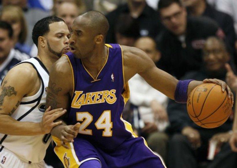 """""""Jazz"""" lyderis D.Williamsas (kairėje) kenčia alkūnės skausmus"""
