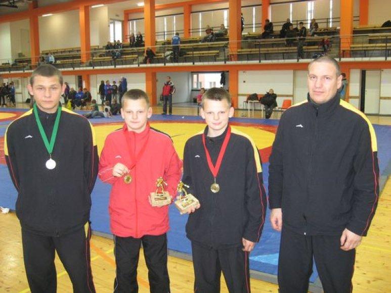 Joniškiečiai po apdovanojimų (iš kairės) R.Zablockis, Donatas ir Darius Gudmonai bei treneris R.Keršys