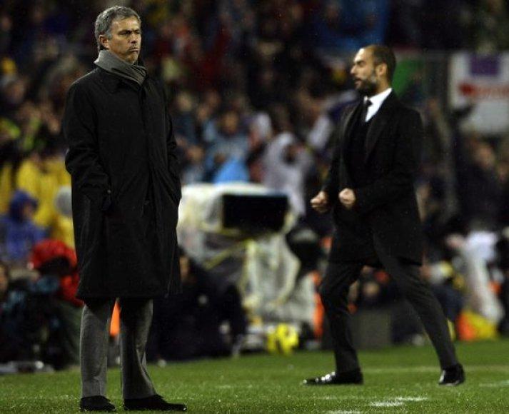 Jose Mourinho (kairėje) buvo priverstas pripažinti triuškinamą varžovo Pepo Guardiolos pranašumą