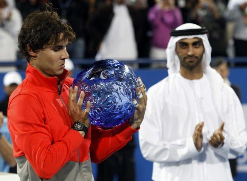 Rafaelis Nadalis su turnyro nugalėtojo prizu.