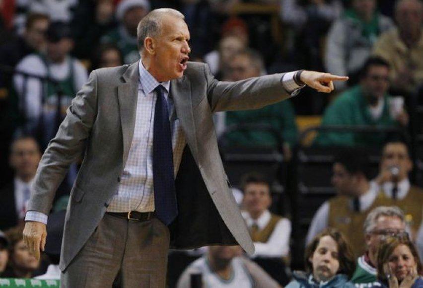 """""""76ers"""" treneris Dougas Collinsas neranda vietos aikštelėje lietuviui Dariui Songailai."""