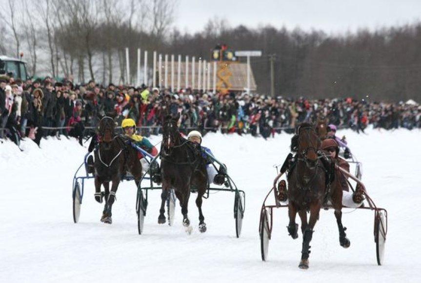 """""""Sartai 2011"""" žirgų lenktynių akimirka"""