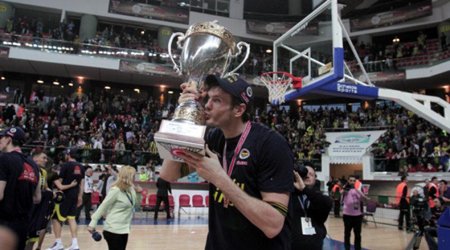 Darjušas Lavrinovičius bučiuoja Turkijos krepšinio taurę.