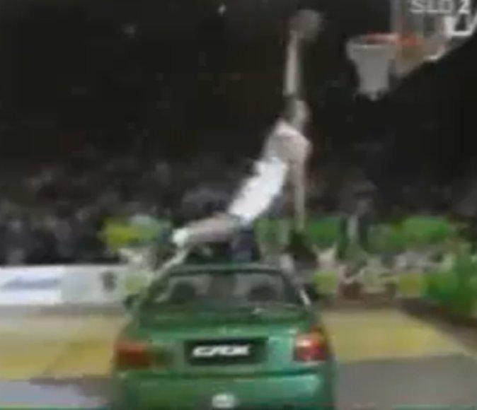 Marko Miličius 1995 metais peršoko per automobilio viršų.