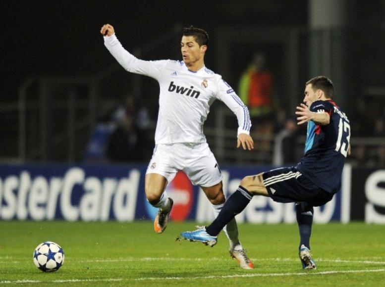 """Cristiano Ronaldo (kairėje) pirmose rungtynėse su """"Lyon"""""""