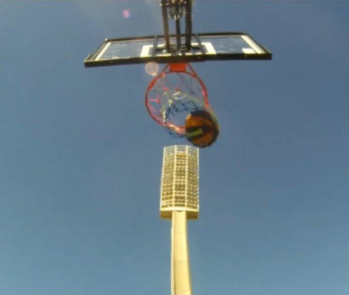 Rekordinis metimas buvo atliktas iš kriketo stadiono Australijoje apšvietimo bokšto