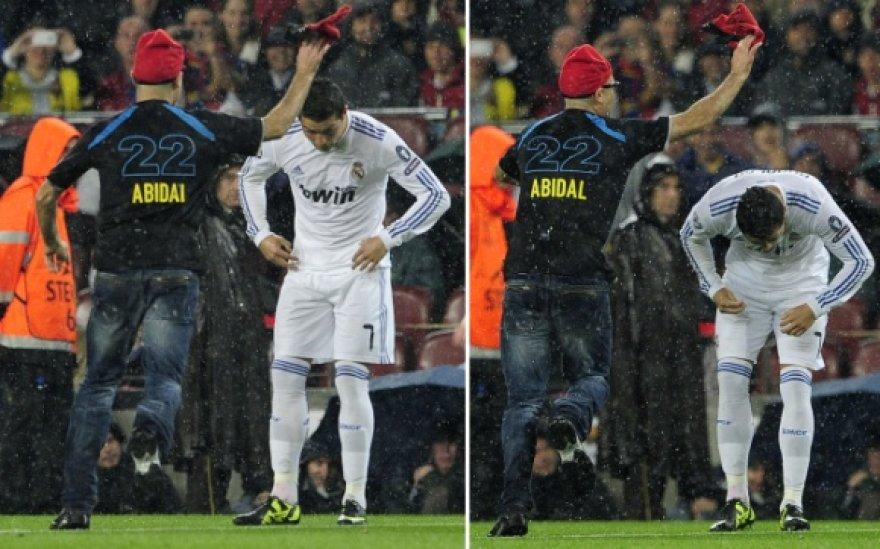 Mikliai pasilenkęs Cristiano Ronaldo išvengė J.Jumpo kėslų uždėti kepurę.