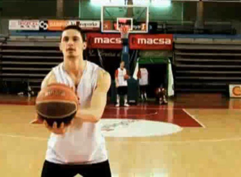 Neįtikėtinus metimus atliko profesionalūs krepšininkai.