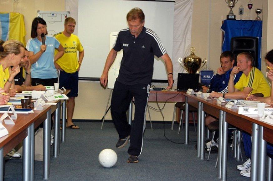 FIFA instruktorius iš Vokietijos Horstas Kriete.