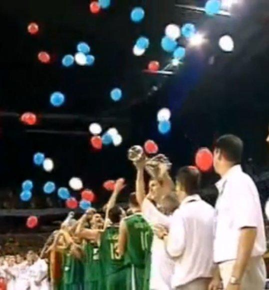 Ant čempionais tapusių lietuvių galvų pabiro finale pralaimėjusios Serbijos vėliavos spalvos balionai.