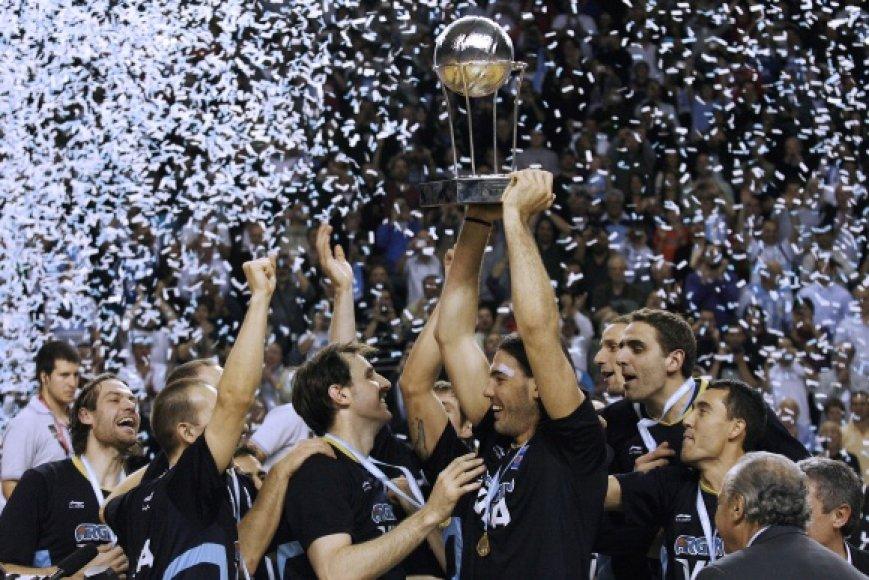 Luiso Scola (su taure) ir argentiniečių triumfas.
