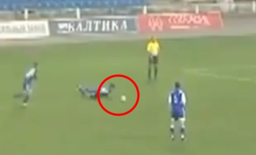 Futbolininkas kamuolį pamušė galva.