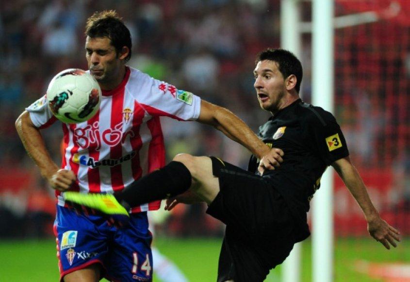 """Ivanas Hernandezas (""""Sporting"""") ir Lionelis Messi (""""Barcelona"""")."""