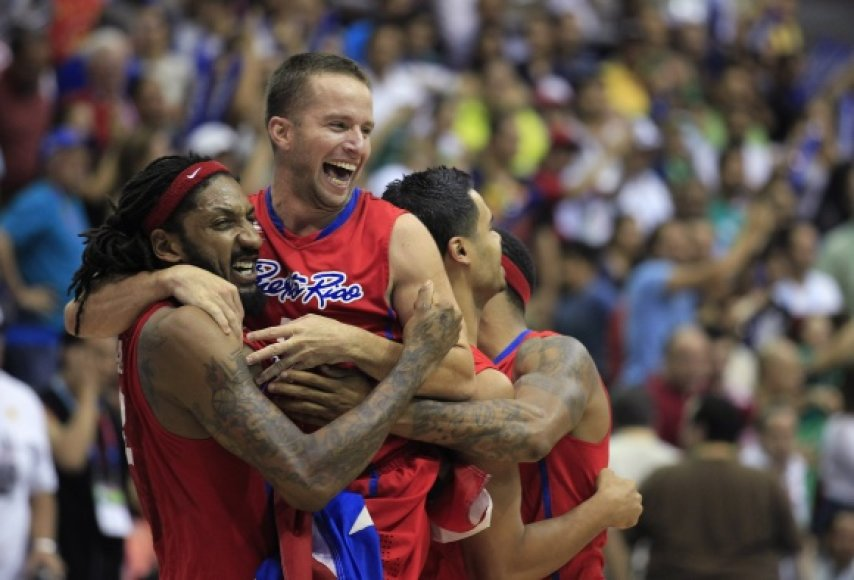 Puerto Riko krepšininkai sveikina finalo didvyrį J.J.Barea (centre).