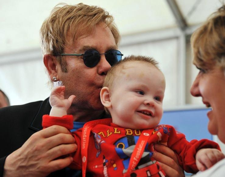 Eltonas Johnas ir mažasis Levas.