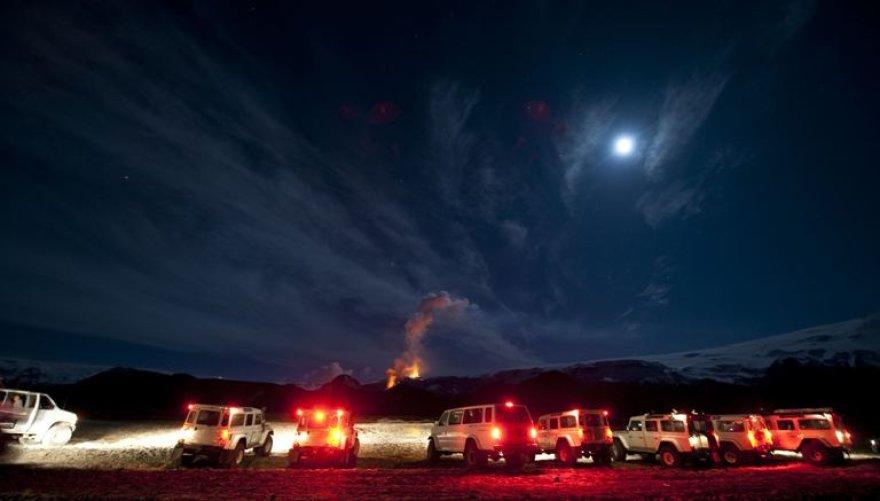 Nors dėl ugnikalnio išsiveržimo turėjo evakuotis šimtai žmonių, islandai atrado ir teigiamą šio įvykio pusę ir sėkmingai pildo biudžetą iš smalsuolių turistų.