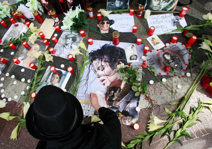 M.Jacksonas vis dar gyvas milijonų gerbėjų širdyse, o jo šeima atkakliai siekia nubausti visus, galimai prisidėjusius prie popkaraliaus mirties.