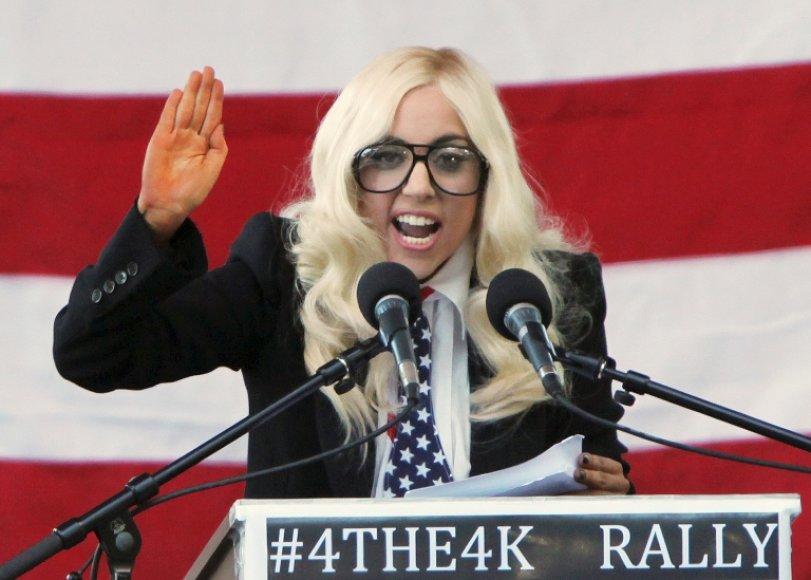 Lady GaGa sulaukė minios pritarimo po jausmingų kalbų, kurias sustiprino rankų mostais ir mimikomis.