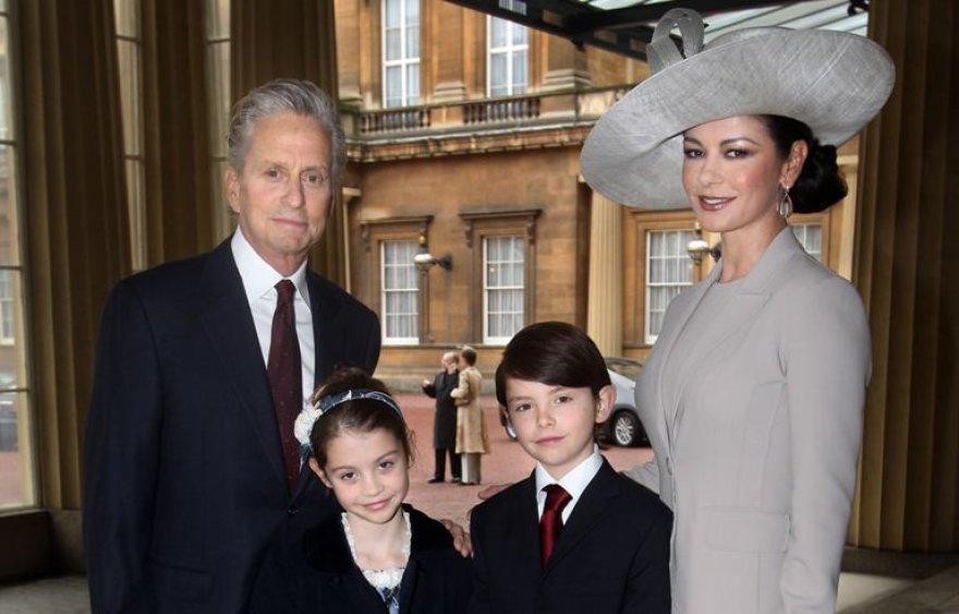 Catherine Zeta-Jones su sutuoktiniu Michaelu Douglasu, sūnumi Dylanu ir dukra Carys