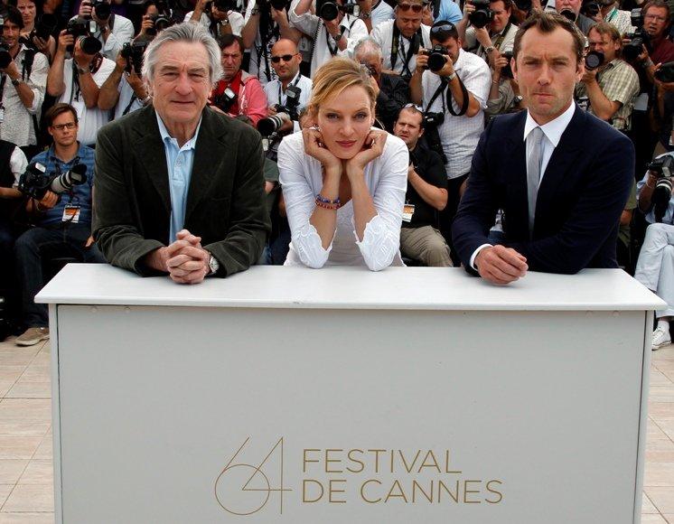 64-oji Kanų kino festivalio žiuri pirmininkas Robertas De Niro (kairėje) bei žiuri nariai, aktoriai Uma Thurman ir Jude'as Law