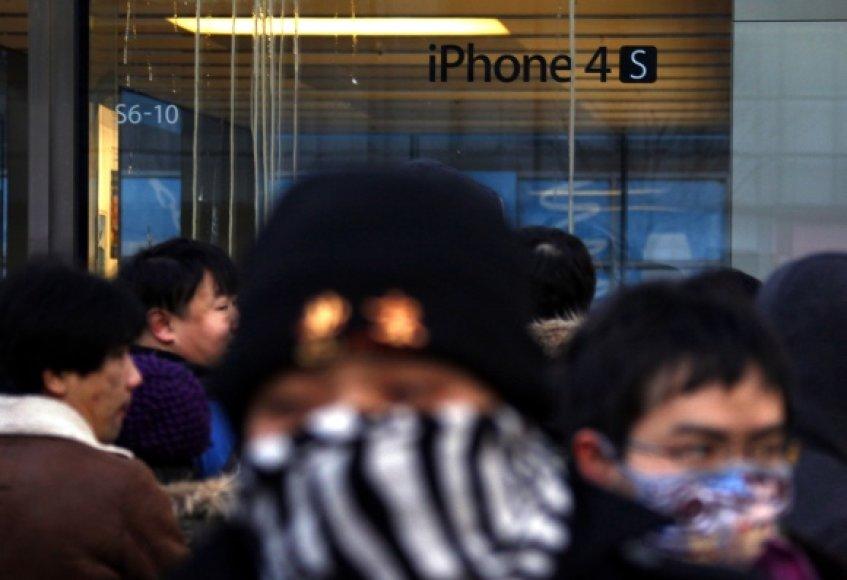 """Pekine įsikūrusiai """"Apple"""" parduotuvei nusprendus nepradėti prekybos """"iPhone 4S"""" telefonais kilo neramumai, jos vitrinos buvo apmėtytos kiaušiniais."""