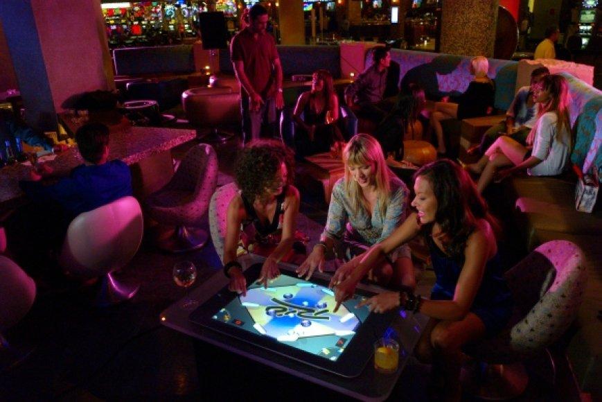 """Jei vakarėlis klube pasitaikė nuobodus, laiką padės prastumti """"Microsoft Surface""""."""